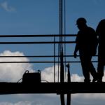 obreros trabajando en una construcción. cómo se determina la tercerizacion laboral ilegal