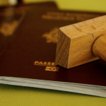pasaporte y sello de inmigración sobre un escritorio. Término Permiso Especial de Permanencia PEP
