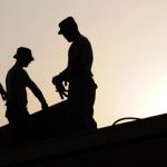 Sobras de hombres trabajando en construcción. foto tomada a contraluz.Inspección vigilancia control tercerización laboral
