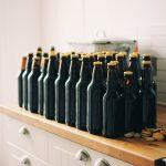 botellas de vidrio organizadas en una repisa. prevención de alcohol y drogas en el trabajo