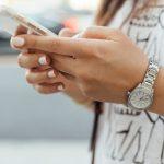 mujer sosteniendo un teléfono inteligente. privacidad grupos de whatsapp trabajo