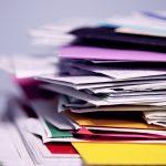 papeles y archivos con cubiertas de colores apliados. como manejar el personal por COVID-19 colombia