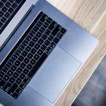 computador portátil sobre escritorio. se extiende el paef hasta marzo 2021